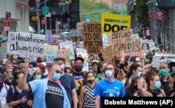 Më 3 gusht, në Nju Jork shoqatat e mësuesve dhe nxënësve kanë protestuar kundër rihapjes së pasigurt të shkollave.