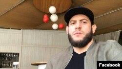 МВД Чеченской Республики на своем сайте проинформировало, что Мурад Амриев задержан по подозрению в совершении «злодейского преступления»