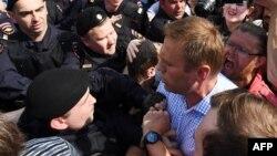 Лаҳзаи боздошти сиёсатмадори мухолифи Кремл Алексей Навалний