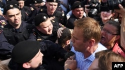 Руската полиција го уапси лидерот на опозицијата Алексеј Навални за време на протестите против Путин во Москва. 05.05.2018