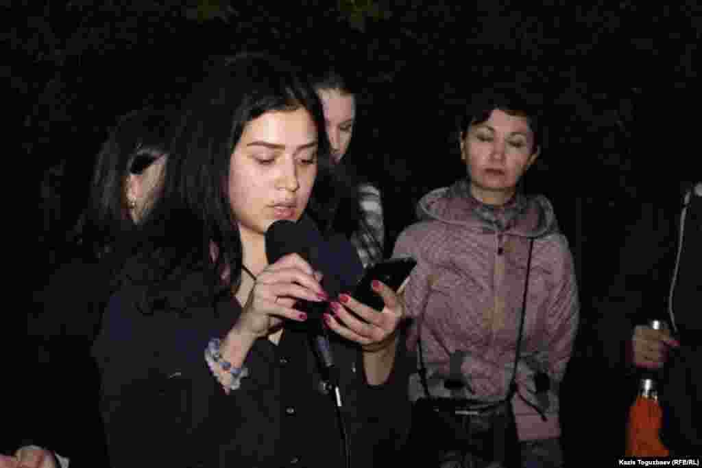 Зулиха Коплеуова читает стихи на тему депортации крымскотатарского народа в 1944 году.