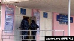 Полицейские у дверей избирательного участка №65. Жанаозен, 15 января 2011 года.