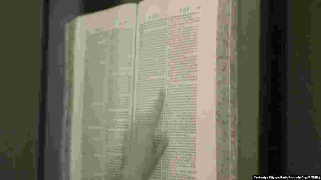 Арнас Анскайтіс, «Мандрівник». Розворот «Енциклопедії, або Систематичного словника наук, мистецтв та ремесел». У цьому розділі зазначається, що «мандрівником є той, хто мандрує з різних причин та інколи пише про свої мандри, але саме тому оповіді мандрівників не є вірогідними».