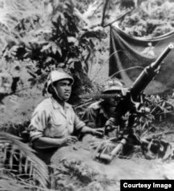 Сталин с 1948 года советовал Мао поддерживать войну Хо Ши Мина, а после встречи с последним в феврале 1950 года сам поставлял оружие в Индокитай, чтобы оттянуть французскую армию из Европы. На снимке: бойцы ПВО ДРВ, 1951 г.