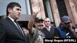 Нікол Пашинян (у центрі) в Єревані після відмови в.о. прем'єра проводити переговори з опозиціонером, 27 квітня 2018 року