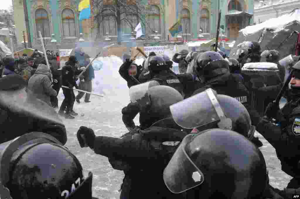 Police clash with supporters of former Georgian President Mikhael Saakashvili based in a tent camp in front of the Ukrainian parliament in Kyiv. Fourteen police officers were wounded as a result of the clash after activists unexpectedly burned tires and threw stones, and Molotov cocktails. Nine activists were detained by police. (AFP/Stringer)