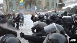 Фоторепортаж: сутички під Верховною Радою України