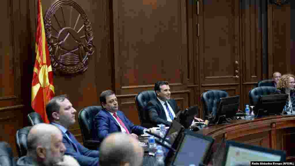 МАКЕДОНИЈА - Тринаесет посебни советници, десет советници и 33 надворешни соработници има премиерот Зоран Заев ангажирано во својот кабинет, одговори Владата на прашањата од Радио Слободна Европа колку вкупно советници и надворешни советници има ангажирано премиерот Заев.
