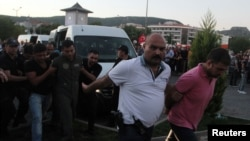 Мармарис қаласында түрік полициясы бүлікке күдіктілерді ұстап әкетіп барады. Түркия, 17 шілде 2016 жыл.