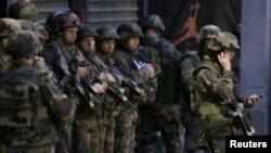 Французские полицейские в районе Сен-Дени в Париже. 18 ноября 2015 года.