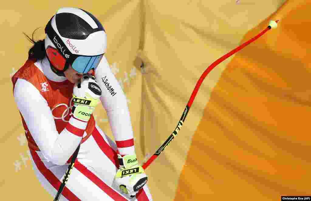 Катання на гірських лижах: Австрійка Стефані Венієр реагує після закінчення тренувань у змаганнях серед жінок на зимових Олімпійських іграх 2018 року