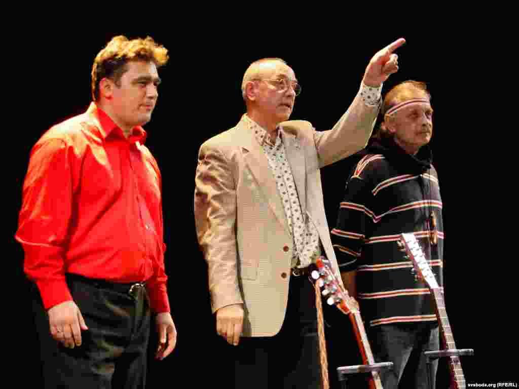 На сцэне — Зьміцер Бартосік, Андрэй Плясанаў і Сяржук Сокалаў-Воюш.