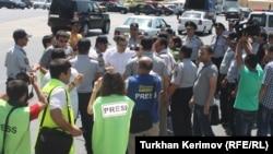 «Հանրապետական այլընտրանք» շարժման բողոքի ցույցը Ադրբեջանի խորհրդարանի շենքի մոտ, Բաքու, 12-ը հունիսի, 2012թ.