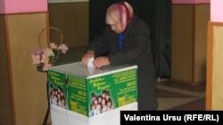 Жительница Гагаузии голосует на выборах. 12 декабря 2010 года. Иллюстративное фото.