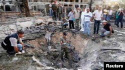 Солдаты ливанской армии на месте взрыва, случившегося у здания мечети в Триполи. 23 августа 2013 года.