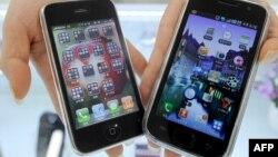 Apple shirkatining iPhine 3G (chapda) va Samsung shirkatining Galaxy S smartfonlari.