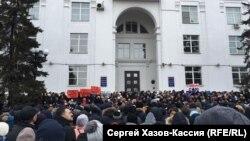 Кемерово өлкә хакимияте бинасы янында 27 мартта узган митинг