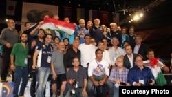عکس گروهی تماشاگران با قهرمانان ایرانی کشتی در لسآنجلس