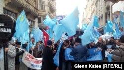 Акция протеста против действий Москвы в Крыму, прошедшая у стен российского консульства в Стамбуле. 8 марта 2014 года.