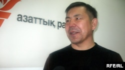 Бывший первый вице-президент АО «Пассажирские перевозки» Женис Бейсенбеков дает интервью радио Азаттык. Алматы, 21ноября 2008 года.