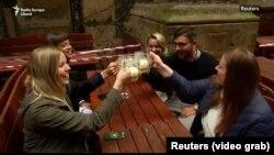 Піць піва ў адкрытых прасторах рэстарацый і гасподаў у Чэхіі ўжо можна