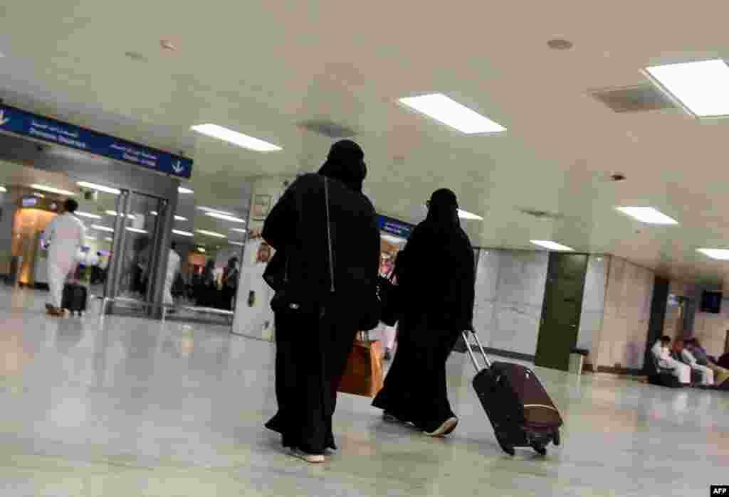 Саудовская Аравия открылась для туристов Саудовская Аравия впервые в истории начала выдавать туристические визы. Государство рассматривает этот шаг как одну из попыток избавиться от экономической зависимости от нефти и модернизироваться, пишет The New York Times