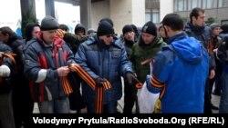 Пророссийские активисты готовятся к митингу у крымского парламента, 26 февраля 2014 года