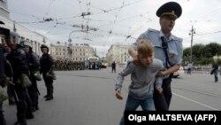 Поліцейський затримує хлопчика під час акції протесту в російському Петербурзі, 9 вересня 2018 року
