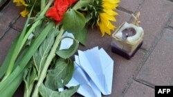 Цветы, свечи, бумажные самолеты перед посольством Нидерландов в Киеве - 17 июля 2015 года, в годовщину трагедии