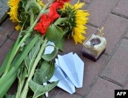 Цветы перед посольством Нидерландов в Киеве