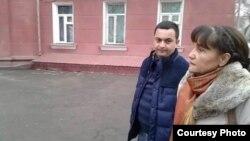 Сотрудник СНБ следит за фотографом-документалистом Умидой Ахмедовой в день выборов президента Узбекистана. Фото: AsiaTerra.