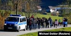 Немецкая полиция сопровождает мигрантов в регистрационный центр в районе Пассау, 1 ноября 2015