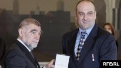 Predsjednik Mesić uručuje odličje Aleksandru Jeftiću, Foto:zoomzg