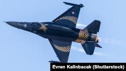 Турецький винищувач F-16 C Blok-40 на показових польотах у Стамбулі