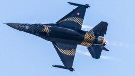 Турецкий истребитель F-16 C Blok-40 на показательных выступлениях в Стамбуле
