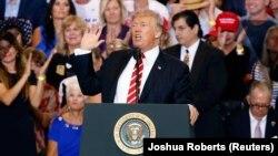 Американскиот претседател Доналд Трамп говори на митинг во Феникс, Аризона 22.08.2017.