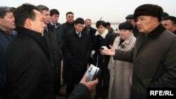 Сауат Мыңбаевтың (сол жақта) энергетика және минералды ресурстар министрі болған кезінде Солтүстік Каспий экологиялық базасын салу жөнінде жергілікті тұрғындар пікірін тыңдап тұрған сәті. Атырау, 2008 жылдың қарашасы.