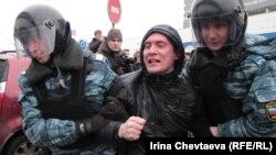 Полиция НТВ телеканалынын алдына келген митингичилерди күчтөп алып кетүүдө. 18-март, 2012-жыл.