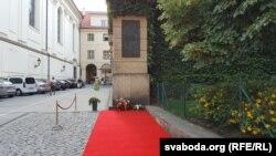 Вечарам каля памятнай шыльды Францішку Скарыну на будынку Славянскай бібліятэкі ў Празе.