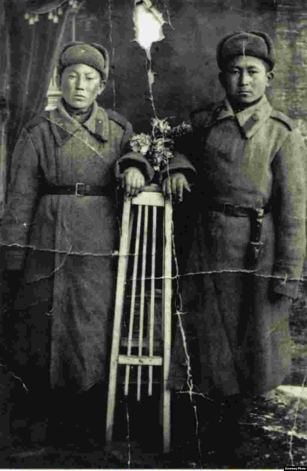 Моту Усупбеков (справа) родился в 1926 году в Таласской области. Ушел на фронт в 1944 году. В 1945 году прислал письмо с этой фотографией и пропал без вести.