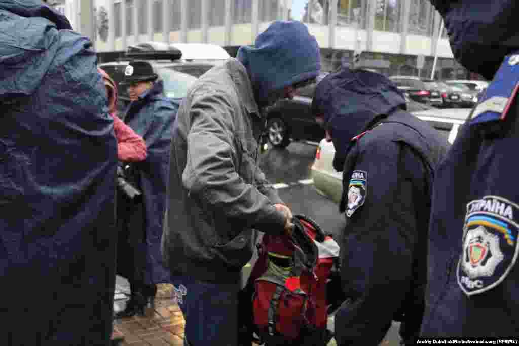 Учасників мітингу перед Верховною Радою пропускали через кордон поліції з перевіркою особистих речей