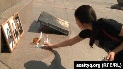 Жансәуле Қарабалаеваны еске алуға келген бойжеткен. Алматы, 9 қыркүйек 2011 жыл.