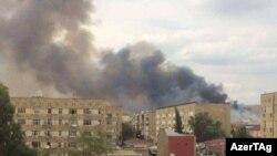 Дым после взрыва на оружейном заводе в городе Ширван в Азербайджане. 26 июля 2016 года.