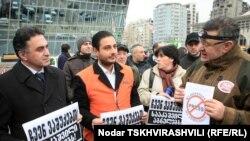 Около 30 участников акции собрались сегодня на проспекте Гамсахурдиа - на том месте, где недавно стоял газетный киоск