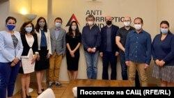 Джесика Ким (в средата с черната рокля) се срещна с целия екип на Антикорупционния фонд в четвъртък