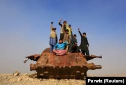 Афганские дети на заржавевшем советском танке в районе Джалалабада, 15 февраля 2019 года.