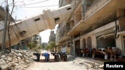 Palestinci se mole ispred srušene džamije u gradu Gazi tokom trajanja primirja