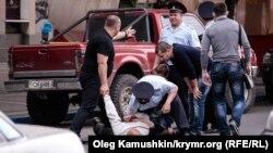 Rusiyanın xüsusi təyinatlı polis dəstəsi üzvləri Simferepolda mitinq keçirmək istəyə tatarlardan birini həbs edir.