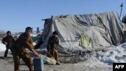 Дети у палаток в лагере для оставшихся без крова афганцев. Афганистан, 14 февраля 2012 года.