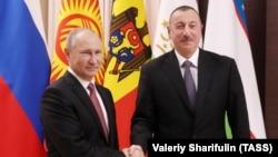 Президент России Владимир Путин (слева) и президент Азербайджана Ильхам Алиев